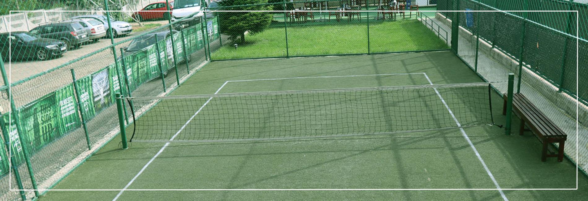 teren tenis de picior mic