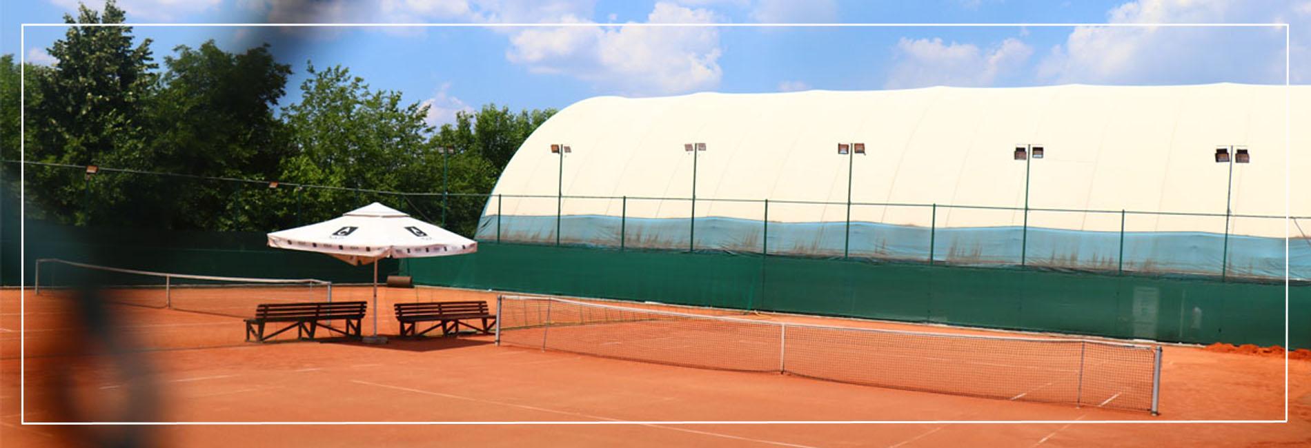 teren-de-tenis-pe-zgura